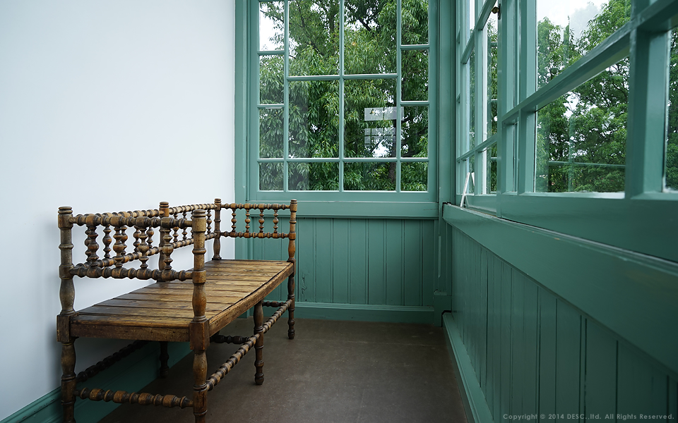 旧司祭館_窓際の椅子